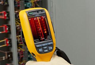 Fluke Ti110. Imagem IR de painel de controlo de iluminação de 208 V. Palete de cores ou metal aquecido totalmente IV.