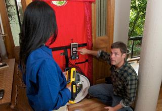 TiR125. Utilização de um dispositivo de verificação de isolamento e uma câmara termográfica na inspecção de fugas de ar numa casa.