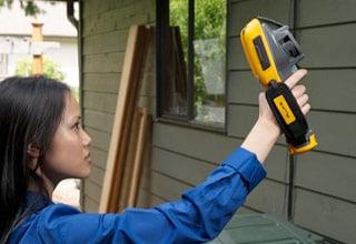 TiR125. Inspecção dos beirais exteriores de uma casa com uma câmara termográfica.